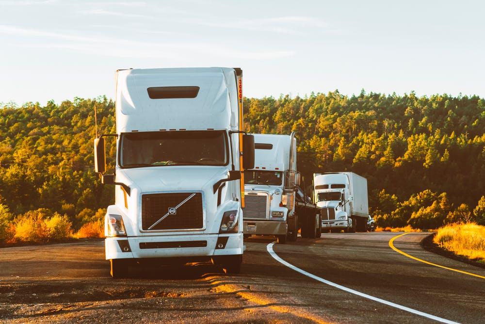 et vejhjælp erhverv hjælper de store køretøjer